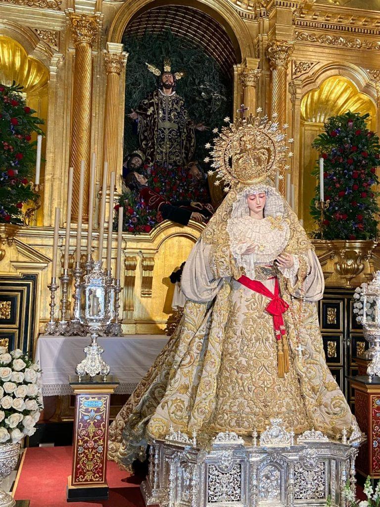 Altar de cuaresma de la Hermandad de Montesión con los apóstoles al pie de la imagen del Señor de la Oración en el Huerto y la Virgen del Rosario.