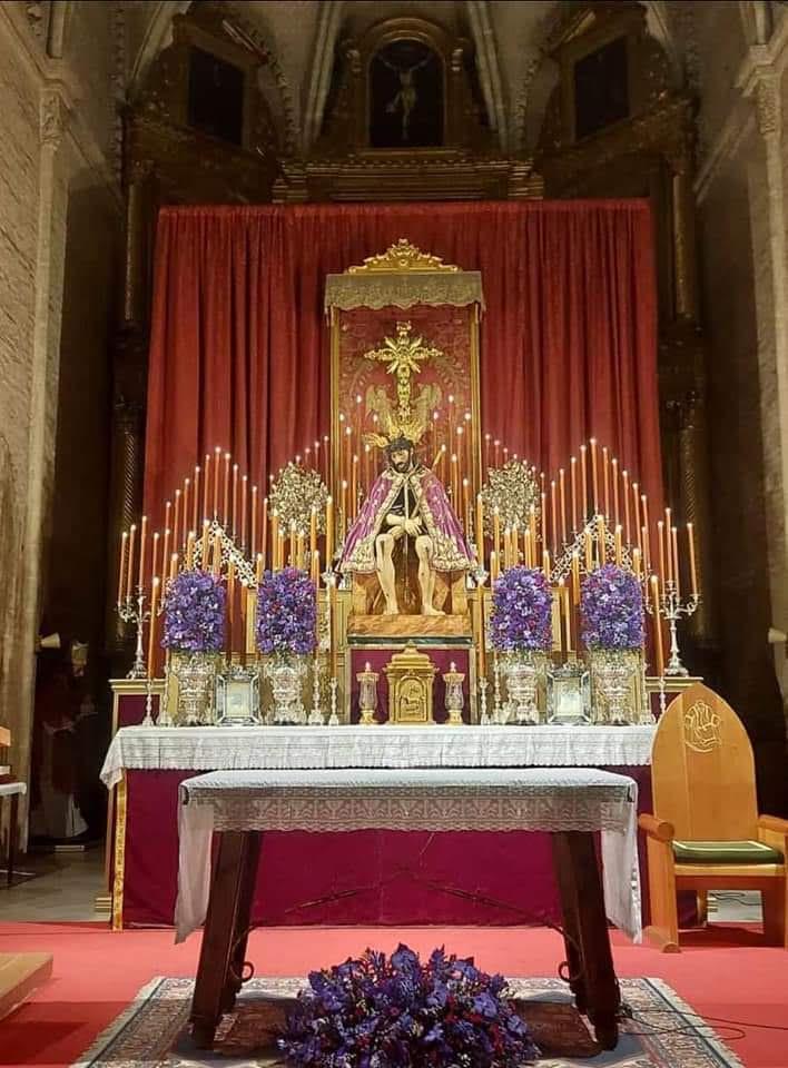 Altar de cuaresma de la Hermandad de San Esteban con el Cristo de la Salud y Buen Viaje en el centro.