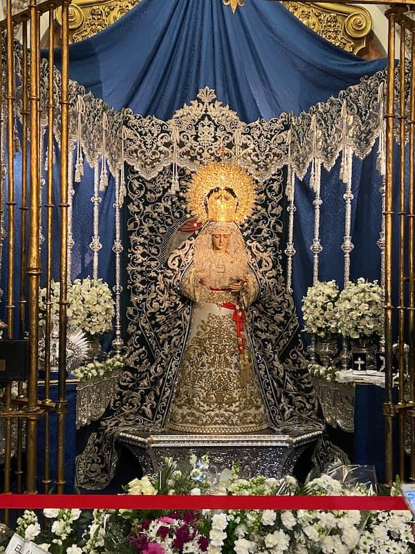 Altar de cuaresma de la hermandad de la Canderlaria con la dolorosa en su capilla con un escenario con elementos del paso de palio.