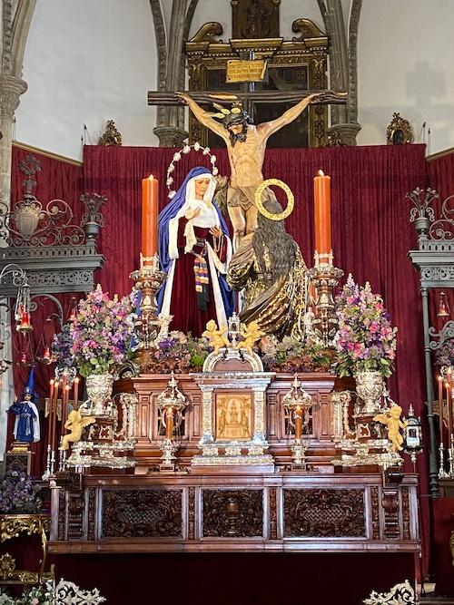 Paso procesional de la Hermandad de la Cena dispuestao como altar de Cuaresma con la Dolorosa frente a la Magdalena.