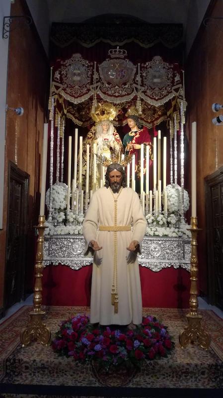 Altar de cuaresma la Hermandad de los Panaderos con el Cristo del Prendimiento delante del paso de palio.