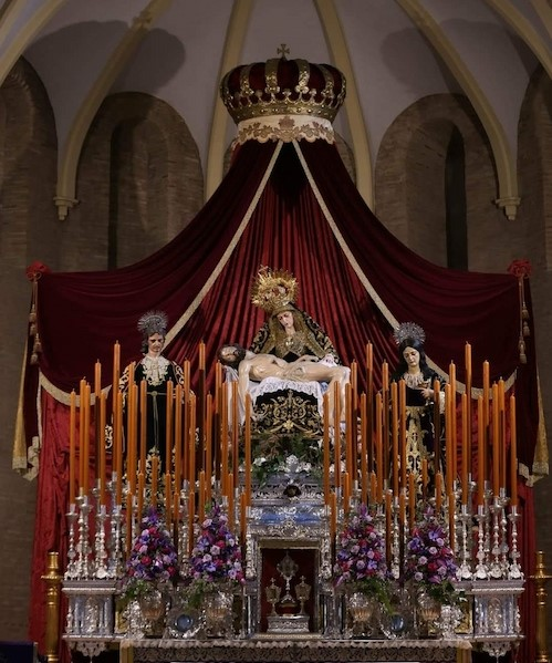 Altar de cuaresma de la Hermandad de los Servitas con la Piedad acompañada de un San Juan y una Magdalena.
