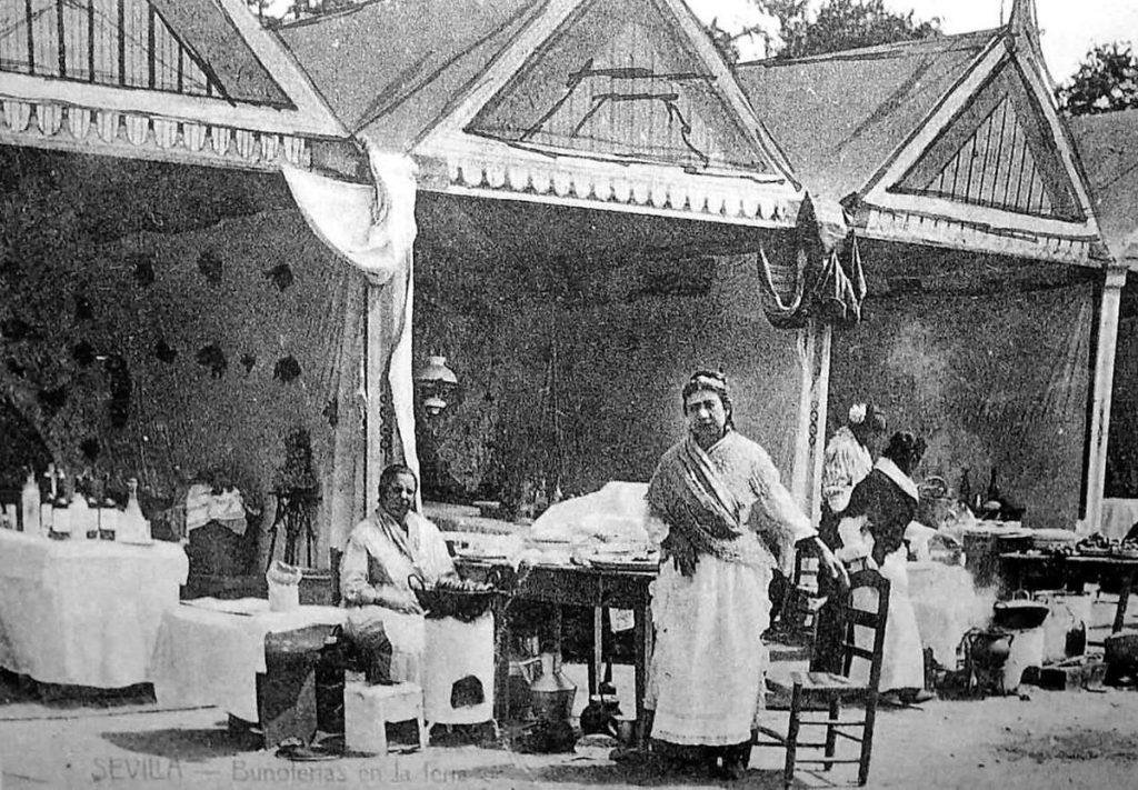 Primeras casetas de feria en el siglo XX con vendedoras de buñuelos delante.