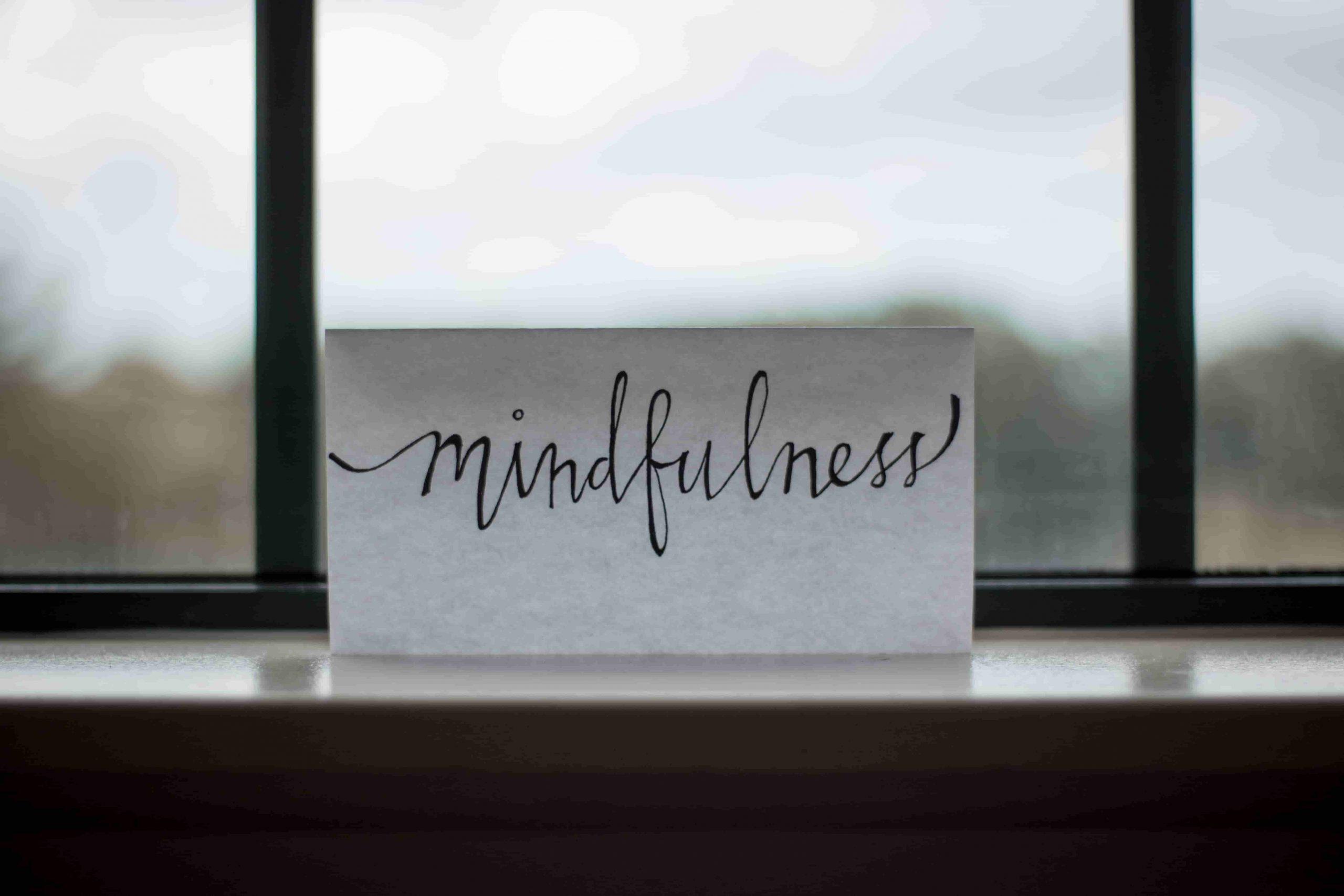 papel con la palabra mindfulness escrita